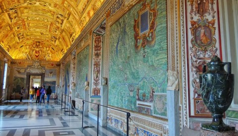 Stroll through the beautiful hall of maps and recreate the Italy of the Renaissance